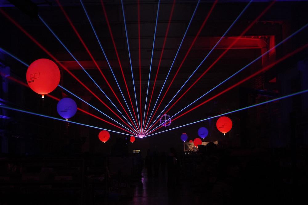 Leuchtballons in rot-blau gestalten zusätzlich die Lasershow