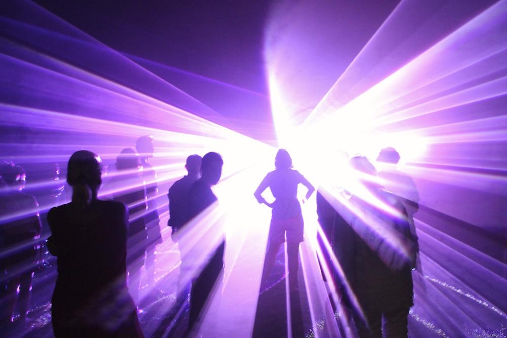 Silhouette einer Hochzeitsgesellschaft bei einer Lasershow